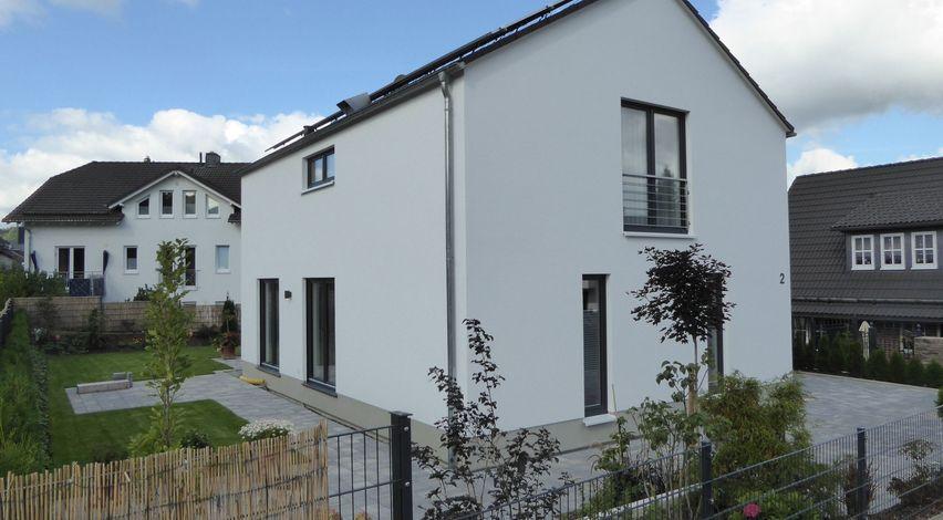 Moderner holzbau satteldach  Haus Schädlich - Kubus mit Satteldach